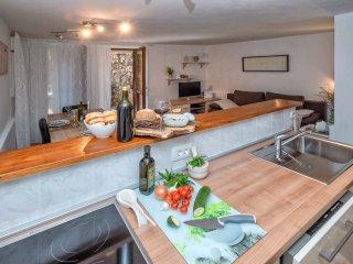 Sunny 2 bedroom Condo in Vrboska with Internet Access - Vrboska vacation rentals