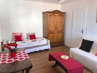 Résidence Perochenia - dans le bourg d'Urrugne à deux pas des commerces - Urrugne vacation rentals