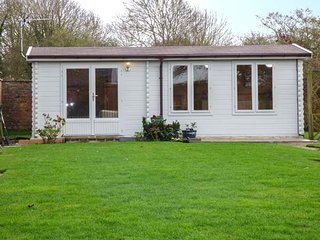 BECK LODGE, detached lodge, private walled garden, patio, near Pocklington, Ref - Shiptonthorpe vacation rentals
