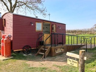 THE SHIRE HUT, wonderful views, woodburning stove, open plan, near St Asaph - Tremeirchion vacation rentals