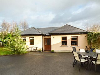 5 KILNAMANAGH MANOR, pet-friendly cottage with WiFi, ground floor - Dundrum vacation rentals