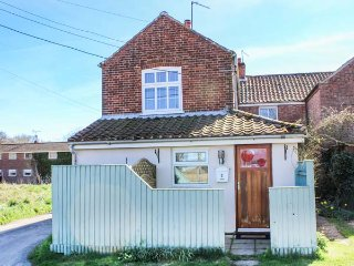 2 LOCK COTTAGES, one bedroom, pet-friendly, nr Stalham, Ref 914371 - Stalham vacation rentals