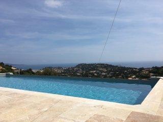 Villla, vue mer panoramique 150°, piscine à débordement 11*4m, chauffée à 28° - Cavalaire-Sur-Mer vacation rentals