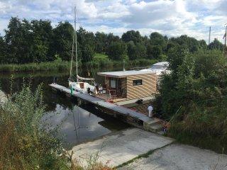 Hausboot HT 5 in idyllischer Lage mit Kaminofen und Terrasse - Wilhelmshaven vacation rentals