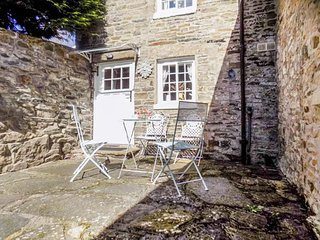 PUZZLE COTTAGE, stone-built, semi-detached, over 3 floors, multi-fuel stove, in Harmby, Ref 931198 - Spennithorne vacation rentals