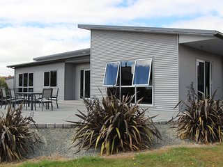 Lovely 2 bedroom Te Anau House with A/C - Te Anau vacation rentals