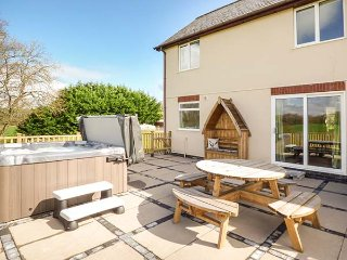 FOXES MEADOW, patio garden with hot tub, countryside views, Llandrindod Wells - Llandrindod Wells vacation rentals