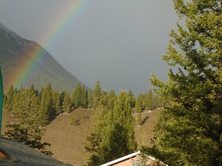 Rockies Vacation Cottage ,with spa/gated yard within prestigious Resort grounds - Radium Hot Springs vacation rentals