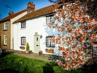 CLARA'S COTTAGE, Grade II listed, woodburner, whirlpool bath, off road parking - Driffield vacation rentals