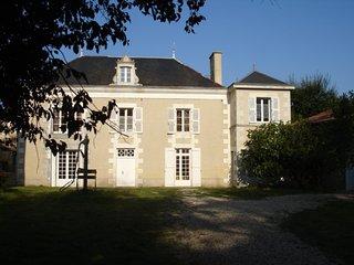Grande maison avec piscine chauffée - Charrais vacation rentals