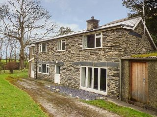 TY POPTY, woodburner, fenced garden by river, WiFi, stables, on working farm - Abergynolwyn vacation rentals