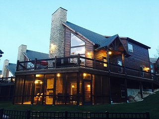 New Luxury True Lakefront Lodge~Free Amenities~Lazy River~2 Huge Pools~2mi Sdc! - Indian Point vacation rentals