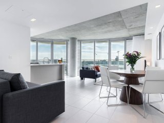 2bed2bath w/wraparound balcony near ExCel Centre - London vacation rentals