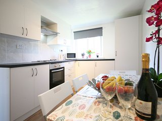 Bright 3 bedroom flat sleep 5, FREE parking, Wifi, 20 mins to city centre - Edinburgh vacation rentals