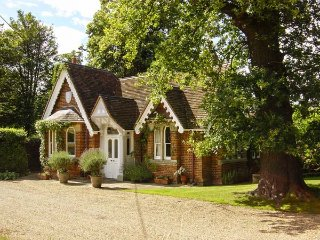 VICTORIAN LODGE, charming ground floor lodge, on a private eatate,open fire - Old Windsor vacation rentals
