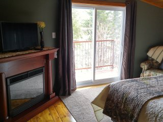 Bright 1 bedroom Bed and Breakfast in Kingsclear with Deck - Kingsclear vacation rentals
