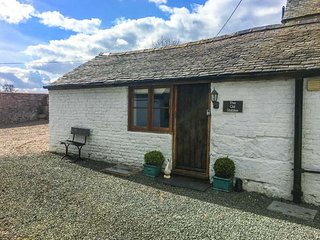 THE OLD STABLES, underfloor heating, off road parking, courtyard patio, in Knockin, Ref 22008 - Knockin vacation rentals