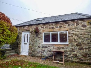 1 WHITFIELD BROW, pet friendly, country holiday cottage, parking and enclosed garden, Fristerley, Ref 8149 - Frosterley vacation rentals