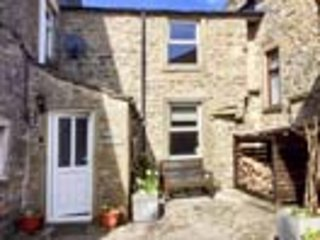 COATES LANE FARM COTTAGE, pet friendly, character holiday cottage with open - Image 1 - Starbotton - rentals