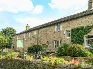 POPPY COTTAGE NO 1, romantic retreat, hot tub, king-size bed, woodburner, Jacuzzi bath, in Carleton-in-Craven, Skipton, Ref 943161 - Skipton vacation rentals
