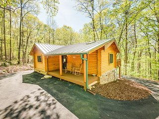 Ravenwood Cabin, western Lookout Mountain, Sleeps up to 4, hot tub - Wildwood vacation rentals