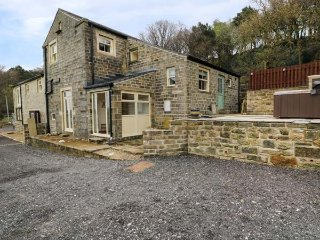 OLD HAY BARN, character, great views, four bedrooms, near Holmfirth, Ref 946821 - Holmfirth vacation rentals