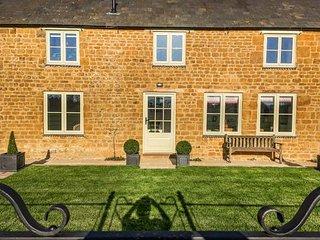 WYKHAM PARK FARM COTTAGE, detached, en-suite, rural location, woodburning - Banbury vacation rentals