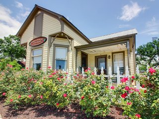 Cozy dog-friendly cottage - close to downtown's shops, dining, & wineries! - Luckenbach vacation rentals
