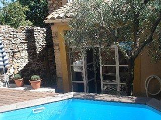 Gîte Adelard, dans village, piscine privée, 30700 La Capelle et Masmolène - Vallabrix vacation rentals
