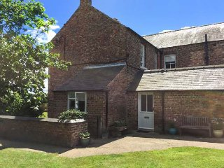 THE EAST WING COTTAGE, woodburners, pet-friendly, enclosed garden, nr Thirstk - Thirsk vacation rentals