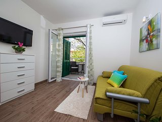 Apartments Lala - Comfort One Bedroom Apartment with Balconies - Tucepi vacation rentals