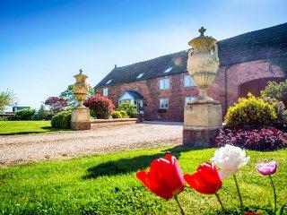 THE GRANGE AT HENCOTE, luxury accommodation, hot tub, en-suite bedrooms - Shrewsbury vacation rentals