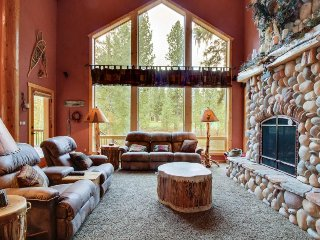 Luxurious log cabin w/ backyard golf course access! 4 mi. to Zim's Hot Springs! - New Meadows vacation rentals