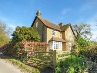 WINSMORE, detached, woodburner, open fire, pet-friendly, nr Stocklinch, Ref - Ashwell vacation rentals