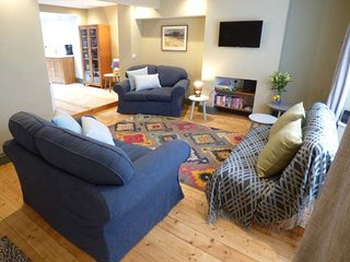 RIVERSIDE, spacious property, roof terrace, WiFi, in Monmouth, Ref 950628 - Monmouth vacation rentals