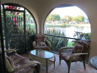 Tranquil lake view townhouse, 3 miles to the beach - Bonita Springs vacation rentals
