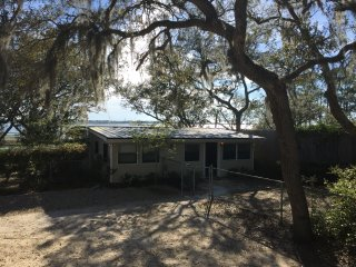 Convenient House with Deck and A/C - Saint Teresa vacation rentals