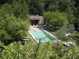 Mas de Faviérette avec piscine entourée de verdure dans la Vallée de la Cèze - Sabran vacation rentals