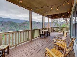 Valley-view cabin w/relaxing Jacuzzi tub, shared seasonal pool access! - Wears Valley vacation rentals