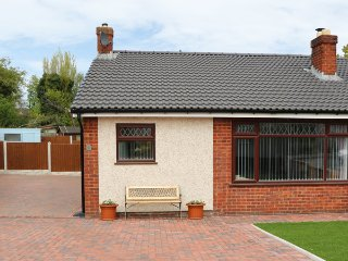 CWTCH TWO, ground floor, wet room, lawned gardens, in Deganwy, Ref 957106 - Llandudno Junction vacation rentals