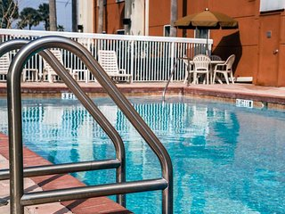 FREE BREAKFAST/FREE WIFI/FREE SHUTTLES ~ Studio for 4 ~ COMFORT INN I DRIVE - Orlando vacation rentals