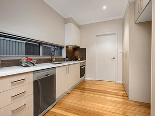 Self-contained Townhouse Close to Melbourne Airport & the City CBD - Tullamarine vacation rentals