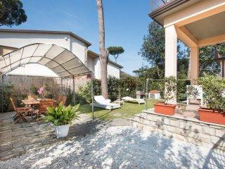 Villa Bianca,relax a 500 m dal mare - Lido Di Camaiore vacation rentals