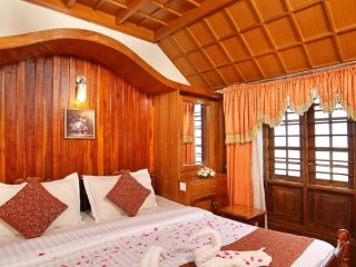 Stately Room In Luxurious Houseboat - Kumarakom vacation rentals