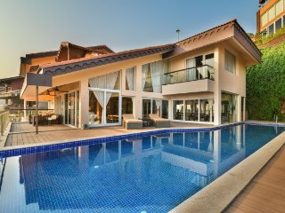 Uber luxurious 4-bedroom sea-facing villa with infinity pool - Nerul vacation rentals