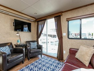 Beautiful, Spacious Houseboat in Downtown Baltimore - Baltimore vacation rentals