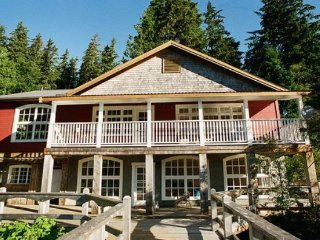 Beautiful Villa with Deck and Satellite Or Cable TV - Bamfield vacation rentals