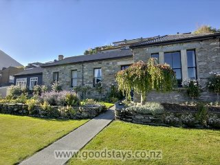 Historic cottage: modernised, garden, views, close to downtown. - Queenstown vacation rentals