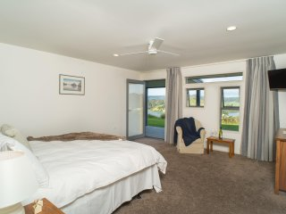 King Ensuite, own deck, sea views, sunrise side of Villa; superb - Whangaroa vacation rentals