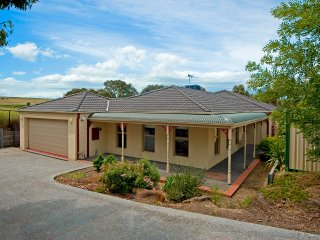 ATTWOOD LODGE - MELBOURNE 5BDRM, FREE WIFI & LINEN, EASY DRIVE to CBD - Attwood vacation rentals